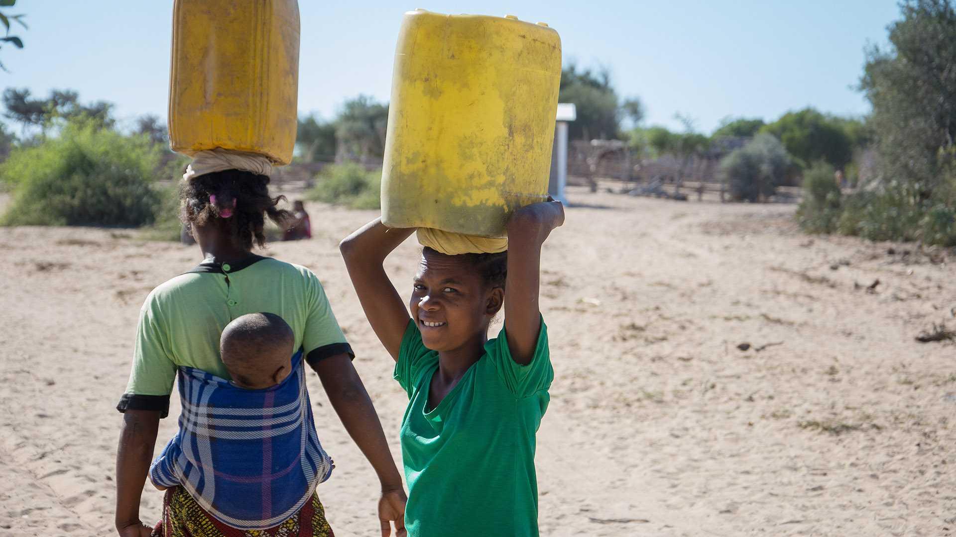 Madagaskar Klima Klimakrise Wasserknappheit: Menschen mit Kanistern