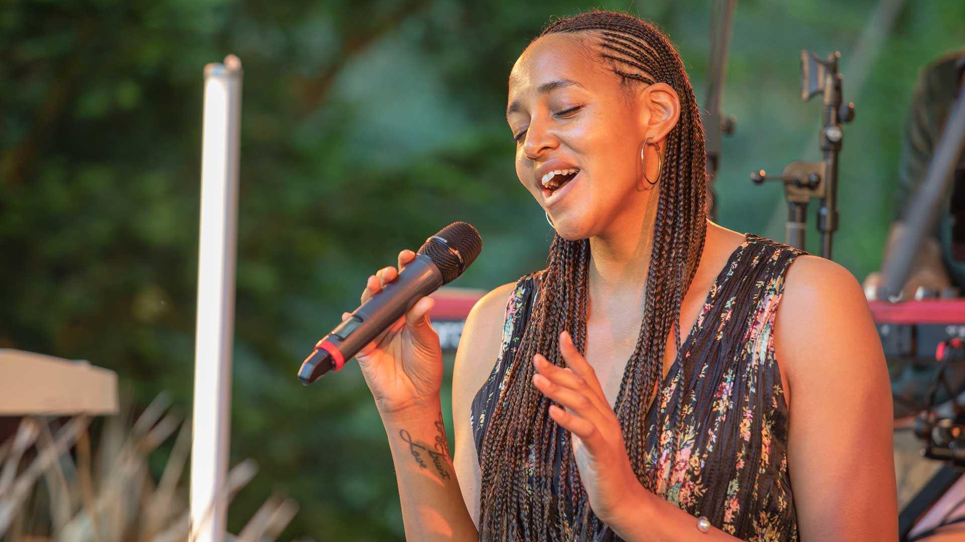 Weltwald: Cassandra Steen bei WWF Waldkonzert Flora Musica im Juni 2021 in Eberswalde.